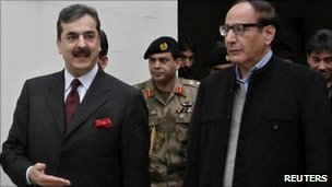 Pakistani PM Yousuf Raza Gilani (L) with president of Pakistan Muslim League Chaudhry Shujaat Hussain in Lahore on 3 January 2011
