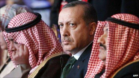 Turkish PM Recep Tayyip Erdogan (centre) and his Kuwaiti counterpart Sheikh Nasser al-Ahmad al-Sabah (left) in Kuwait City