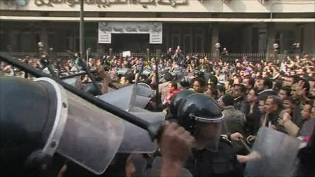 Police and protesters fighting in the streets of Cairo
