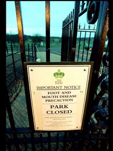 Sign saying Richmond Park in London closed to visitors