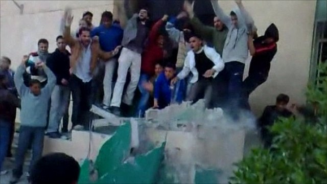 Protesters destroy Gaddafi 'monument'