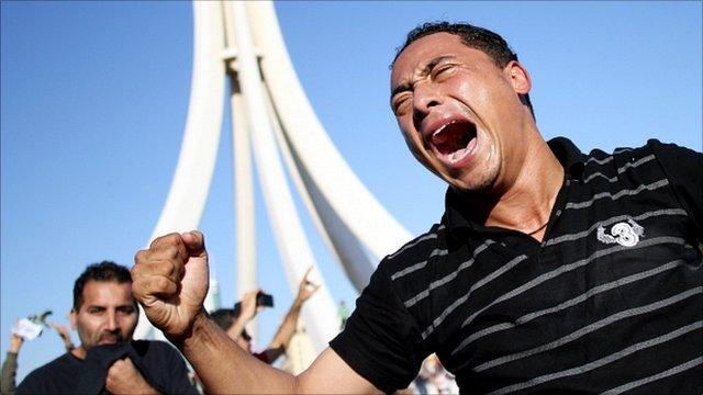 Protester in Bahrain entering Pearl Square