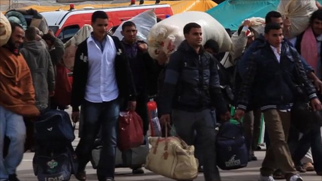 People leave Libya for Tunisia
