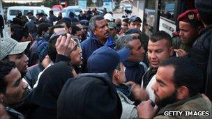 Refugees from Libya board a bus in Jdir, Tunisia (23 Feb 2011)