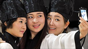 Students graduate in South Korea, 2011