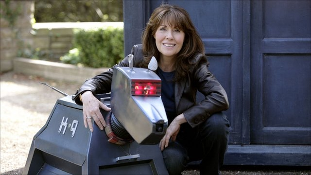 Elisabeth Sladen as Sarah Jane Smith with K9 in front of the Tardis