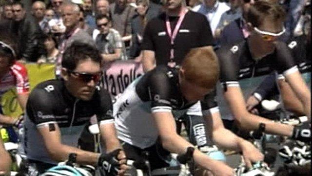 Wouter Weylandt's team observe a minute's silence