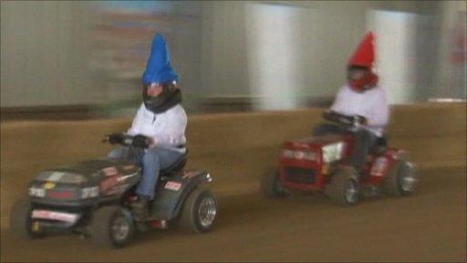 Lawnmower racing gnomes