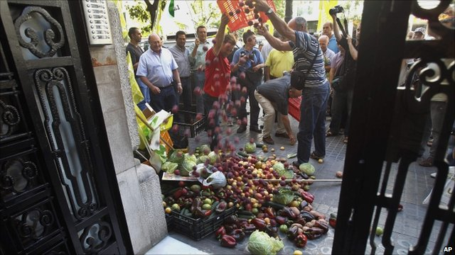 Spanish producers dump vegetables at a German consulate
