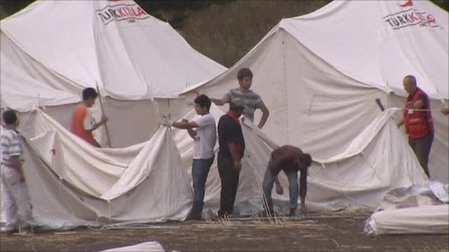 Syrians building new refugee tents in a Turkish camp