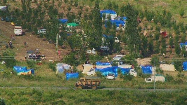 Syrian refugees set up camp over the Turkish border
