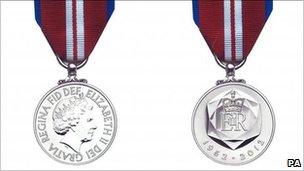 Medalau Jiwbilî Ddiemwnt y Frenhines