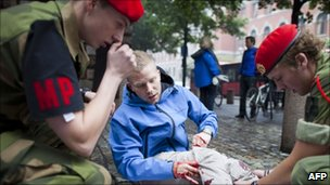 Soldiers treat an injured man in Oslo (22 July 2011)