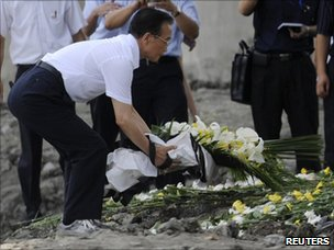 Chinese Premier Wen Jiabao lays a bouquet of flowers to mourn for victims of the train accident in Wenzhou
