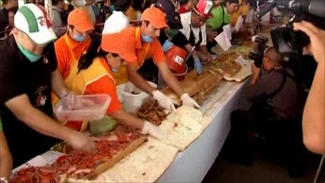 Mexicans work on 50 metres long sandwich