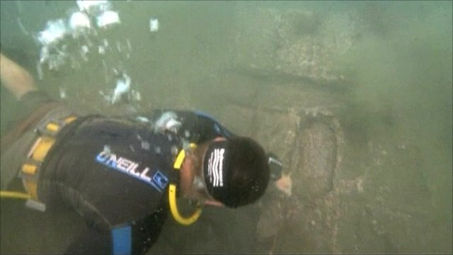 Archaeologists diving in the site where Captain Morgan's ships wrecked in Panama
