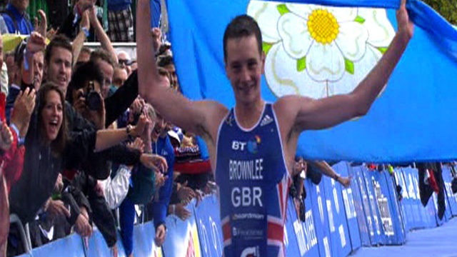 Alistair Brownlee celebrates winning the Hyde Park triathlon