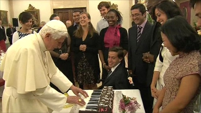 Pope Benedict 'playing' a chocolate piano cake