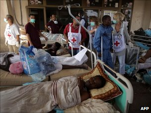 A team from the International Committee of the Red Cross prepare to evacuate injured people from the general hospital in Abu Salim, Tripoli (26 August 2011)