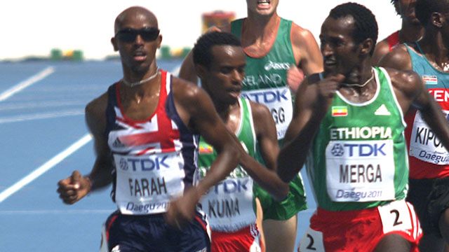 Mo Farah eases into the final of the 5,000m