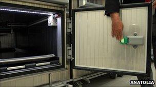 Sensitive mortuary refrigerator