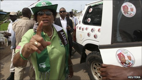 Liberia's President Ellen Johnson Sirleaf gives instructions to her bodyguard in Monrovia (9 October)