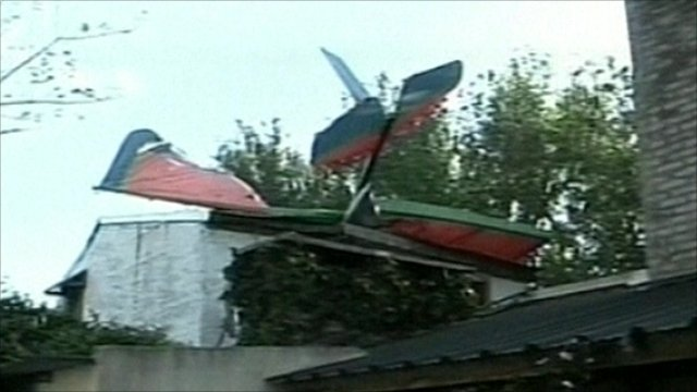 The Star Light LV-X-207 aircraft crashes into a roof