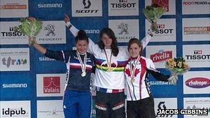 Manon Carpenter on top of the podium