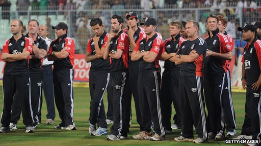 England line up after losing the 5th One Day International between India and England at Eden Gardens