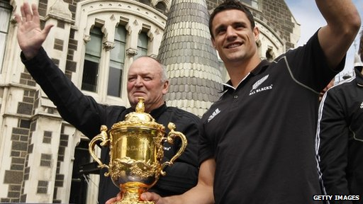 All Blacks' former coach Graham Henry and Dan Carter with the Webb Ellis Cup