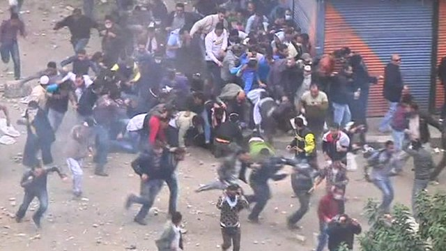 Protesters fleeing military police
