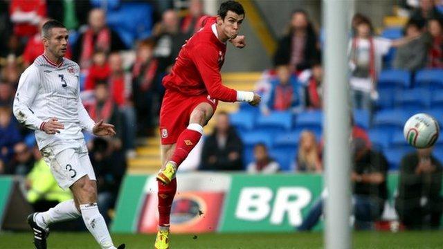 Gareth Bale yn sgorio i Gymru yn erbyn Norwy mewn gêm gyfeillgar fis Tachwedd 2011