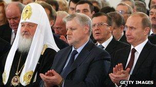 Sergei Mironov (C) flanked by Russian Prime Minister Vladimir Putin (R) and Orthodox Patriarch Kirill (Nov 2009)