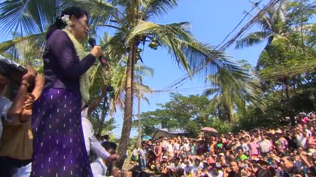 Aung San Suu Kyi addressing supporters