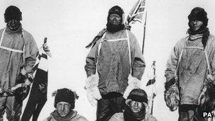 Capten Lawrence Oates; Capten Robert Falcon Scott; Edgar Evans. Yn eistedd Henry (Birdie) Bowers, Dr Edward Adrian Wilson