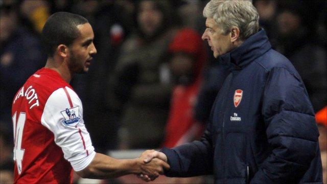 Arsene Wenger shakes hands with Theo Walcott