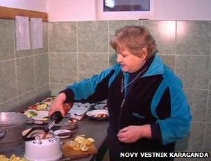"""""""Grog"""" is prepared in a kettle at the Karaganda Zoo (still from video via Novy Vestnik Karaganda)"""