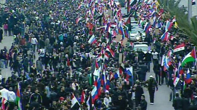 Crowd on the streets welcomes Sergei Lavrov