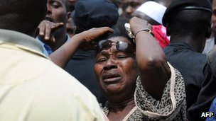 A woman cries in front of the Conakry great mosque on 2 October 2009. Several dozen bodies of victims shot dead by Guinea junta forces at a demonstration were put on display today at a new rally by thousands of people in the capital.