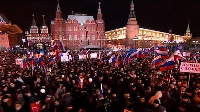 Crowds in Manege Square
