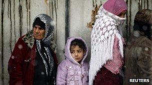 Women queue to buy bread in al-Qusair (1 March 2012)