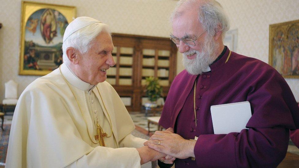 Dr Rowan Williams gyda Pab Bened XVI yn 2009
