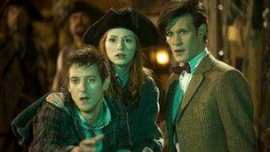 Rory Williams (Arthur Darvill), Amy Pond (Karen Gillan) a'r Doctor (Matt Smith)