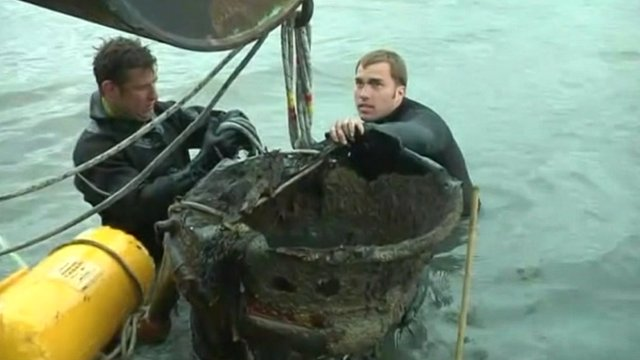 Royal Navy divers free the V2 from mudflats