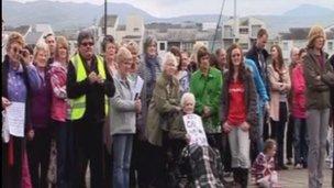 Protestwyr yn erbyn cynlluniau i gau cartref Hafod y Gest