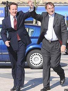 Bu David Cameron yn dathlu canlyniadau gwych i'r Ceidwadwyr wedi etholaid 2008 yn Y Barri gydag arweinydd cyngor Bro Morgannwg Gordon Kemp