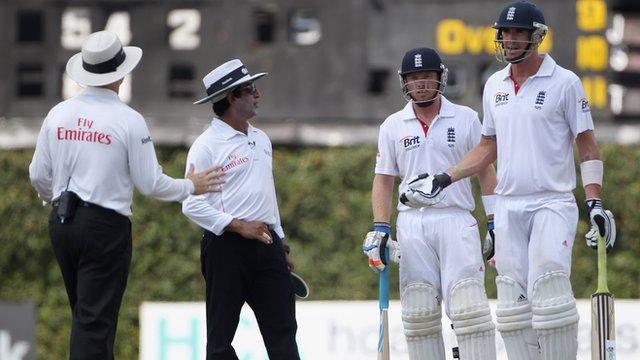Umpires Rauf and Oxenford warn Kevin Pietersen