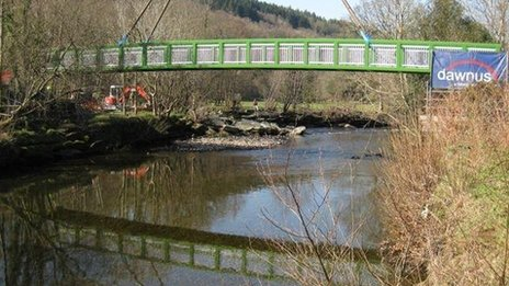Pont droed newydd dros Afon Winion yn Nolgellau