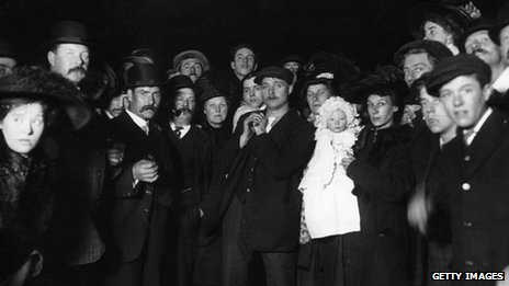 Crowds gather in Southampton to await the return of Titanic survivors (Getty Images)