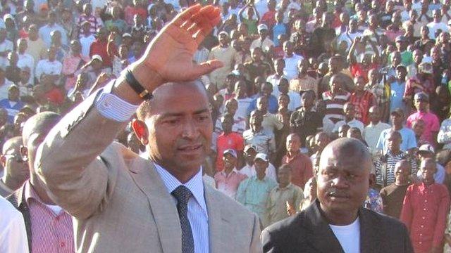 Moise Katumbi (L)